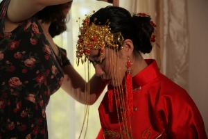 The bride gets ready. Photo by Lipeng Chi.